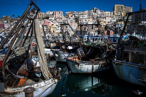 Havnebyen Sciacca er tætpakket af huse, mennesker, fiskerbåde og ja, siciliansk uhøjtidelig og afslappet kaos.