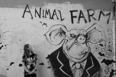 Mange steder er der graffiti på væggene.