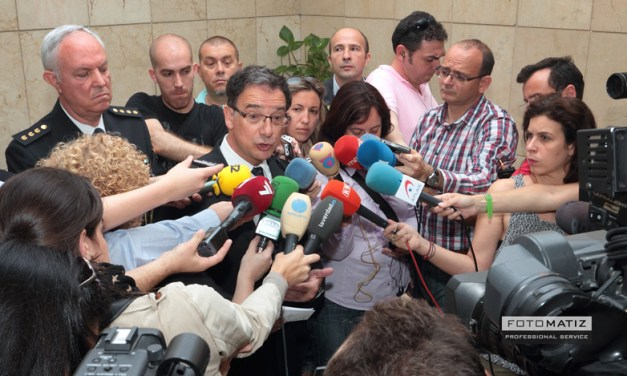 Murcian government delegate at a press conference