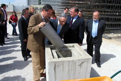 Alcalde de Murcia pone el cilindro en un bloque de hormigón