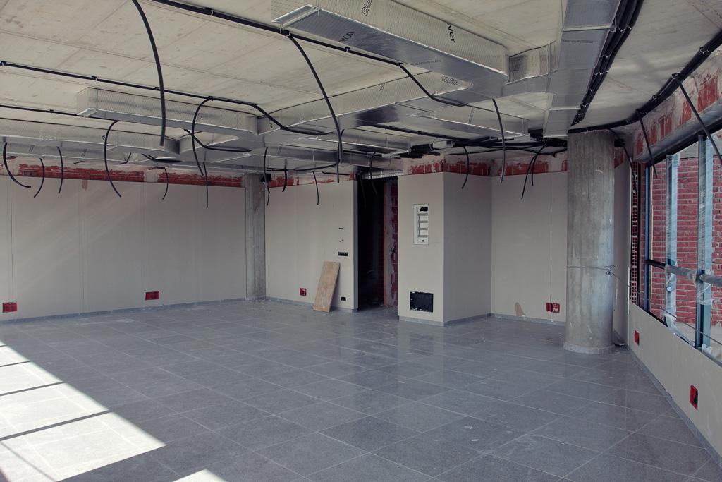 Oficina con suelo puesto y instalación eléctrica