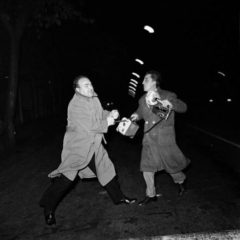 Marcello Geppetti, Don Gussoni litiga con il fotografo Giacomo Alexis, Roma 1959 © MGMC/dolceVita GALLERY