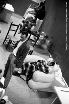 Enrico Cattaneo, La Triennale di Milano occupata, maggio/giugno 1968, veduta interna. Durante la notte di occupazione alcuni manifestanti dormono in Triennale. In piedi al centro si riconosce lo scultore Paolo Schiavocampo. Archivio fotografico Enrico Cattaneo.