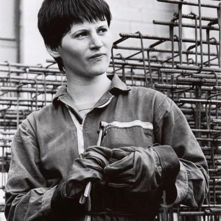 Paola Agosti - Giovane operaia ferraiola in cantiere. Forlì 1978