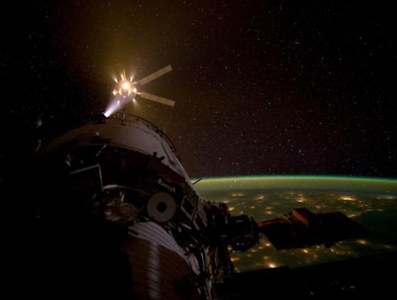 Pohľad na vysvietené mestá a navigačné motory v prevádzke (NASA)