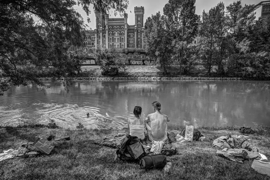 Weibliche und männliche Person am Ufer des Donaukanals