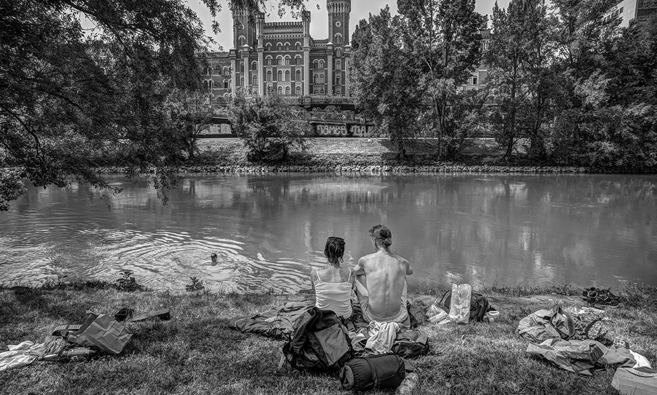 Zwei Personen am Ufer des Donaukanals