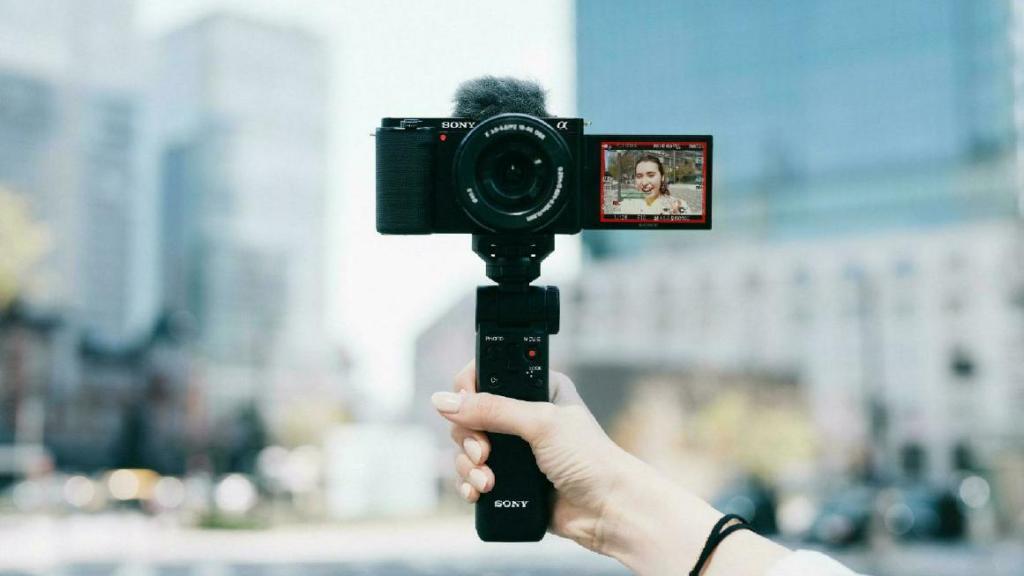 Die APS-C-Kamera ZV-E10 von Sony bietet speziell für Vlogs optimierte Funktionen, macht aber auch als Fotokamera einen guten Eindruck. (c) Sony
