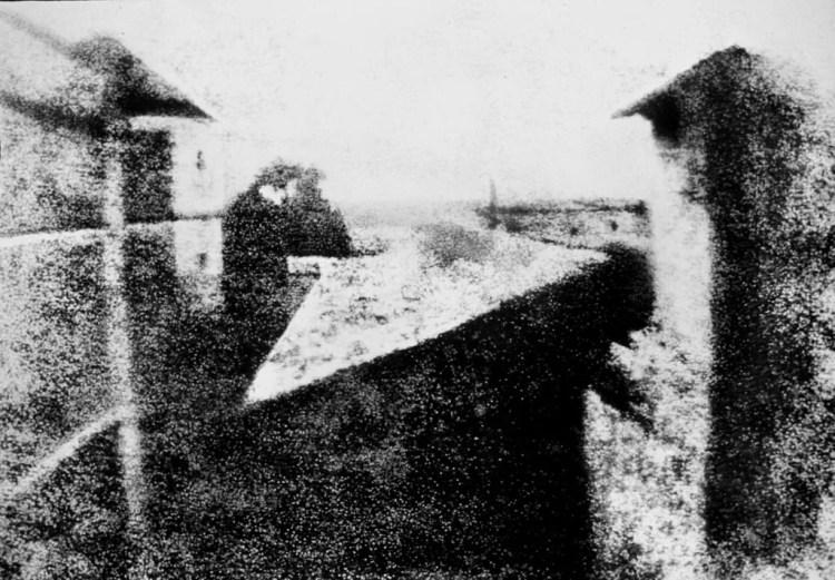 Primera fotografía permanente denominada Vista desde la ventana en Le Gras, de Niepce, 1826.