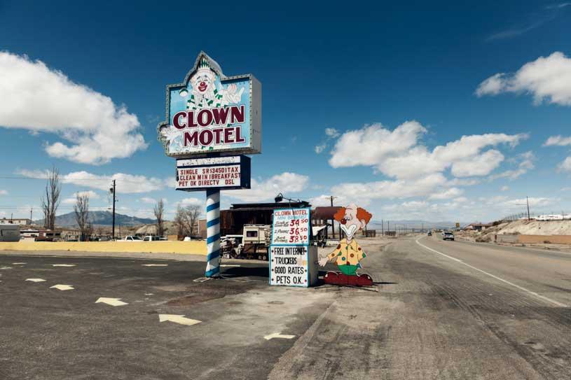 clown-creepy-motel-nevada-usa-desierto
