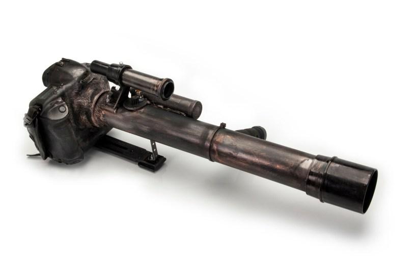 """Canon Blaster. Cámara/arma hecha a partir de una Canon 1D y un telescopio viejo. Se hizo como atrezzo para el rodaje de """"Furia Digital"""". Su utilidad es puramente intimidatoria."""
