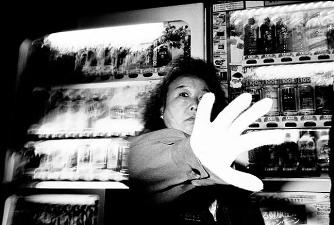 the hand - fotografia di strada: riflessioni su come diventare invisibili in strada - fotostreet.it