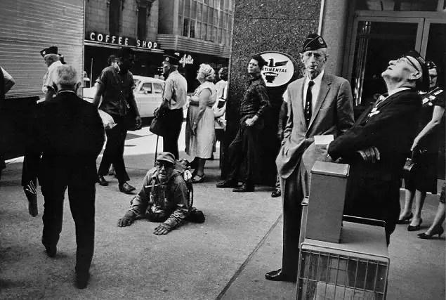 winogrand american legion - fotografia di strada: riflessioni su come diventare invisibili in strada - fotostreet.it