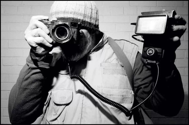 bruce gilden with leica 753x500 - Bruce Gilden - Sfacciatamente vicino - Street Photography  - fotostreet.it