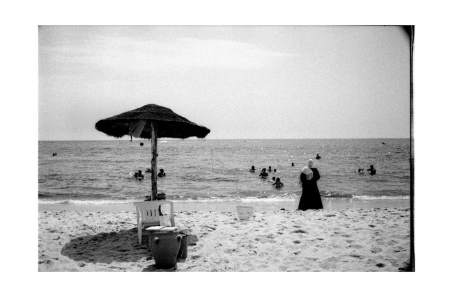 A woman on the beach - Tunisia 2017 - leica m6 - andrea scirè