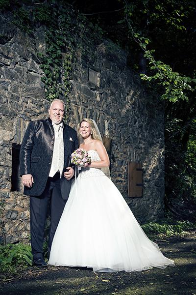 Hochzeit von Sabrina und Holger, Hochzeit, Paar, Heirat, Foto, Fotoshooting, Shooting, romantisch, verliebt, Romantik, heiraten, wedding, ja, schönster tag, Natur, Glück, glücklich, klassisch, gefühlsvoll, exklusiv, extravagant, frech, lässig, lustig, Hochzeitsfotos, Hochzeitsfotografien, emotional, gefühlsbeton, Momente, Tag, elegant, Liebe, Kleid, Brautkleid, Braut, Bräutigam, Brautpaar, Fotos, Fotografien, Fotograf, Fotostudio, schön, modern, Hochzeitsfotografin, Diez, Limburg, Hahnstätten, Holzheim, Gefühle, Emotionen, outdoor, draußen, location, 2017, Braut, Bräutigam, Mauer, dramatisch