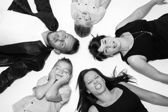 Fotoshooting, Shooting, Fotostudio, Studio, Diez, Limburg, Hahnstätten, Holzheim, Fotos, Fotografien, Fotograf, Foto, klassisch, emotional, schön, modern, Familie, Fotografie Verena Schäfer, Geschwister, Familie, Mutter, Vater, Mama, Papa, witzig, lustig, locker, Gruppe, Geschwister, Kinder, Quatsch, Blödsinn, Grimassen,