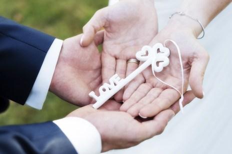 Hochzeit im Spätsommer, Hochzeit, Paar, Heirat, Foto, Fotoshooting, Shooting, romantisch, verliebt, Romantik, heiraten, wedding, ja, schönster tag, Natur, Glück, glücklich, klassisch, gefühlsvoll, exklusiv, extravagant, frech, lässig, lustig, Hochzeitsfotos, Hochzeitsfotografien, emotional, gefühlsbeton, Momente, Tag, elegant, Liebe, Kleid, Brautkleid, Braut, Bräutigam, Brautpaar, Fotos, Fotografien, Fotograf, Fotostudio, schön, modern, Hochzeitsfotografin, Diez, Limburg, Hahnstätten, Holzheim, Gefühle, Emotionen, outdoor, draußen, location, 2016, Hofgut, Schlüssel, Hände