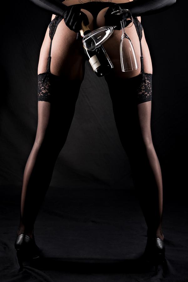 Akt, Erotik, Fotoshooting, Shooting, Fotostudio, Studio, Diez, Limburg, Hahnstätten, Holzheim, Fotos, Fotografien, Fotograf, Foto, klassisch, gefühlsvoll, exklusiv, elegant, extravagant, emotional, gefühlsbeton, schön, modern, ästhetisch, erotisch, sexy, Frau, weiblich, sinnlich, Pose, Körperform, Form, Sekt, Strümpfe, Strapse, Po