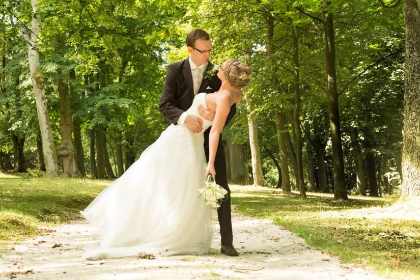 Hochzeit, Paar, Heirat, Foto, Fotoshooting, Shooting, romantisch, verliebt, Romantik, heiraten, wedding, ja, schönster tag, Glück, glücklich, klassisch, gefühlsvoll, exklusiv, extravagant, frech, lässig, lustig, Hochzeitsfotos, Hochzeitsfotografien, emotional, gefühlsbeton, Momente, Tag, elegant, Liebe, Kleid, Brautkleid, Braut, Bräutigam, Natur, Garten, Brautpaar, Fotos, Fotografien, Fotograf, Fotostudio, schön, modern, Hochzeitsfotografin, Diez, Limburg, Hadamar, Rosengarten, Hahnstätten, Holzheim, Gefühle, Emotionen, outdoor, draußen, location, Traum, Wald, Allee