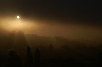 Ponury wschód słońca