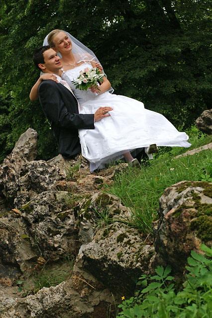 Para młoda wśród przyrody podczas sesji ślubnej