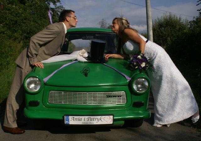 """""""Młoda para"""" na rejestracji. Fotografia ślubna z wykorzystaniem starego samochodu"""