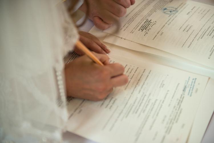Podpisywanie dokumentów ślubnych przez panią młodą