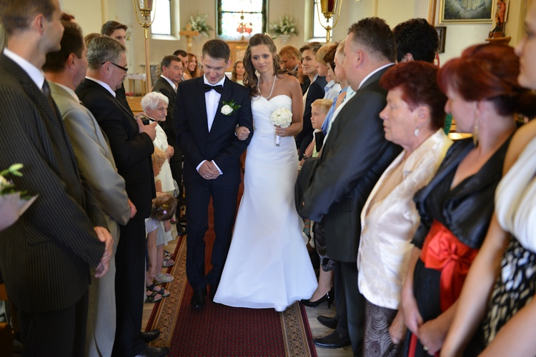 Para młoda wychodzi z kościoła