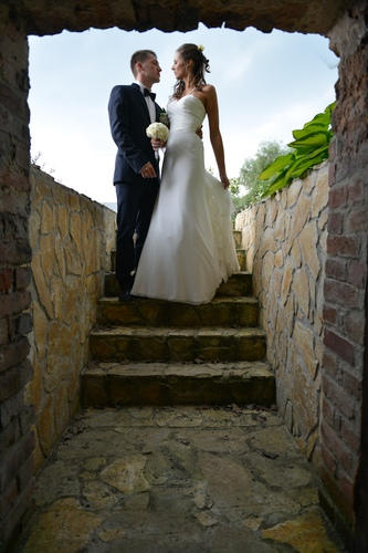 Nowożeńcy na ślubnym plenerze fotograficznym