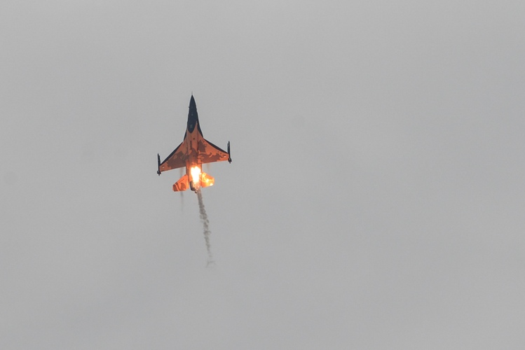 F-16 fighter with flare