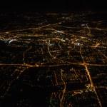 Fotografie Bielska-Białej z nocnego lotu ze spadochroniarzami.