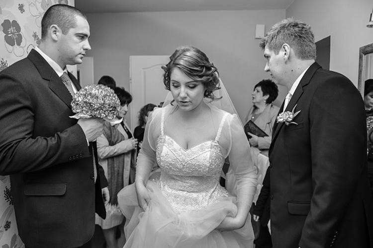 Para młoda przed wyjazdem do kościoła na ślub.