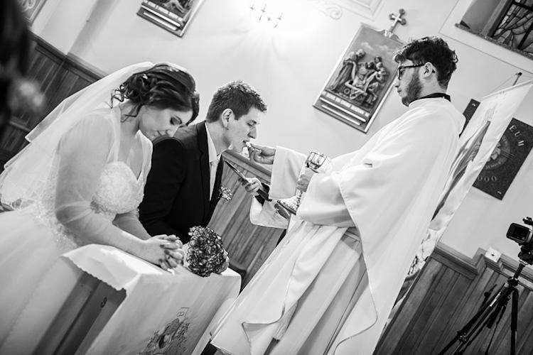 Para młoda podczas ślubu w kościele. Przyjmowanie komunii