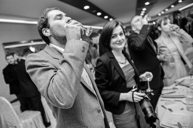 Goście wesela i ślubu pijący szampana za zdrowie pary młodej.