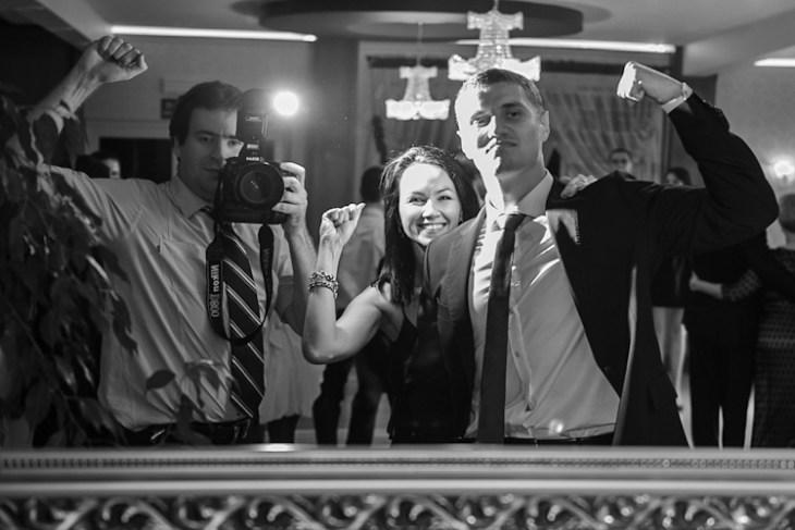 Fotograf z gośćmi na weselu, ślub Kasi i Maćka