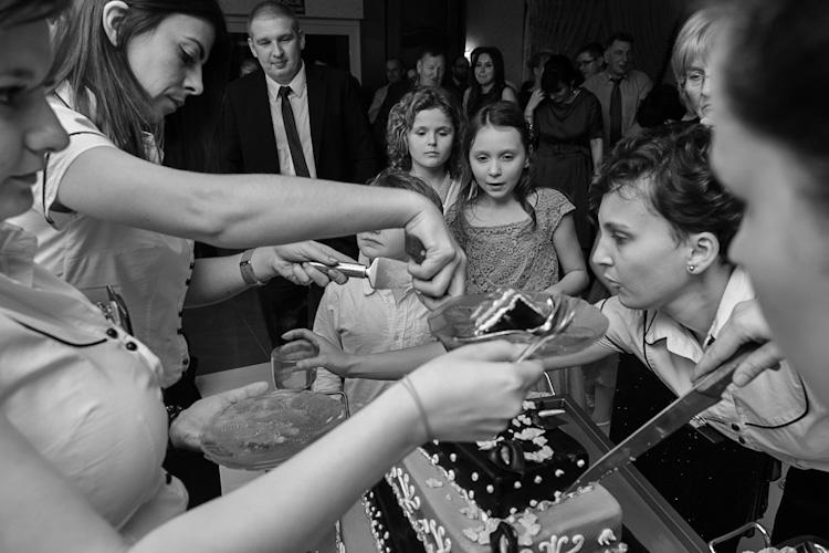 Dzielenie tortu na weselu Kasi i Macieja