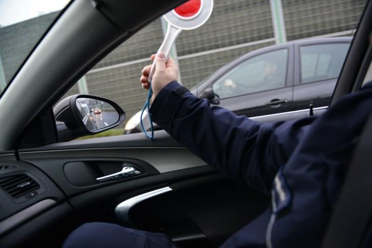 Zatrzymanie kierowcy przezradiowóz, policyjny lizak