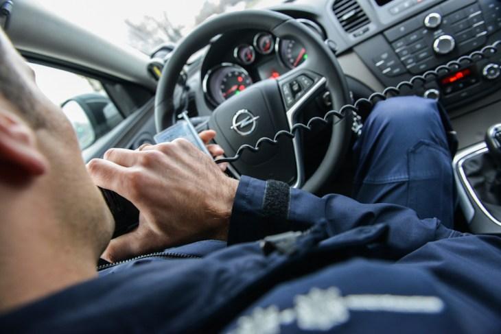 Sprawdzanie kierowcy przez policyjne radio w nieoznakowanym radiowozie