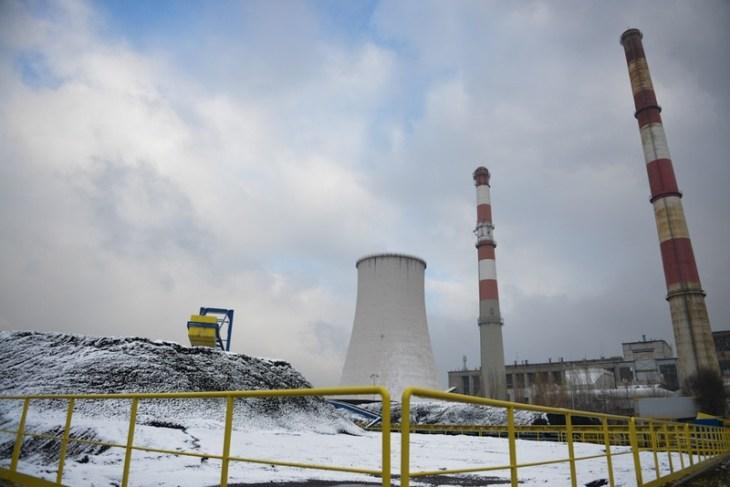 Hałda węgla na tle starych kominów bielskiej elektrowni