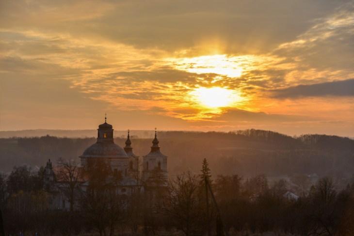 Kościół w Klimontowie, zachód słońca