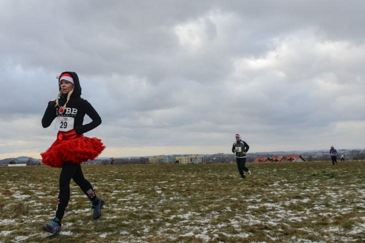 Pani w mikołajkowej spódniczce podczas biegu