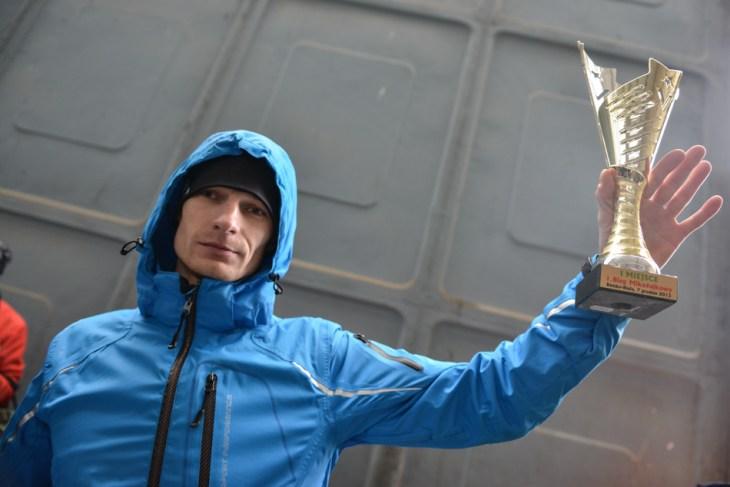 Zwycięzca biegu mikołajkowego w Bielsku-Białej: Grzegorz Opiał z pucharem w ręku