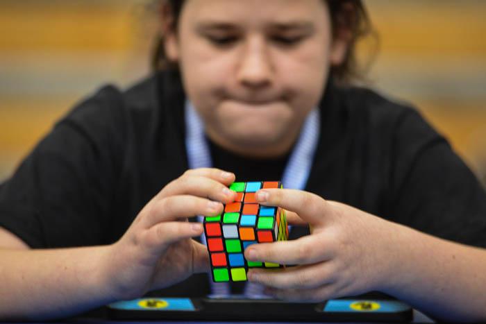 Zawodnik układa kostkę Rubika 4x4x4 naczas wBielsku-Białej
