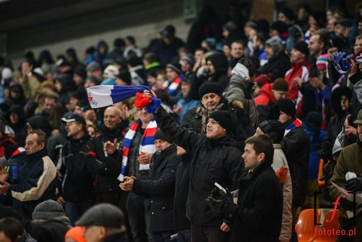 Kibice TS Podbeskidzie podczas meczu w Widzewem, szaliki klubowe