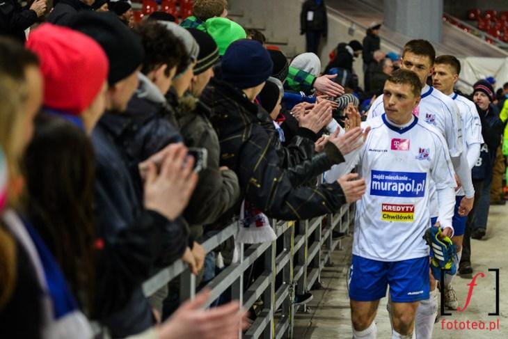 Gracze klubu TS Podbeskidzie dziękują kibicom za doping