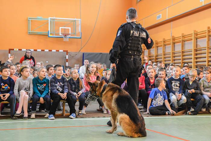 Wizyta policjantów z psem tropiącym w szkole