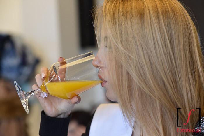 Modelka pijąca sok