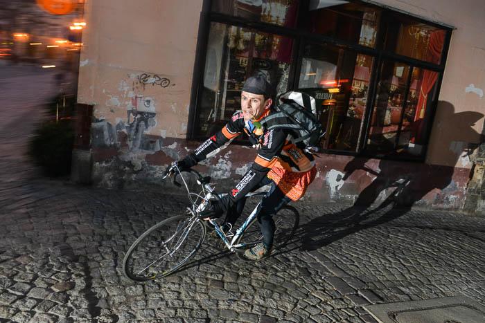 Rowerzysta zkwiatem wzębach naRynku wBielsku
