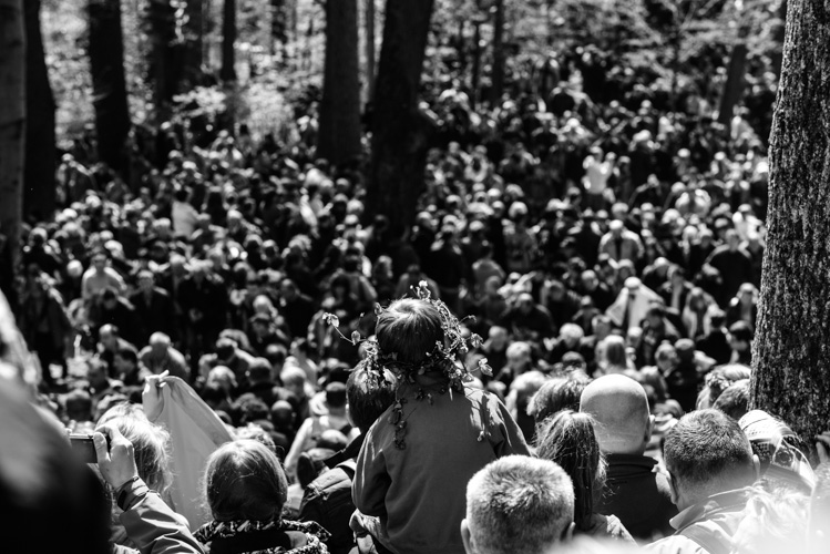Pielgrzymi obserwujący inscenizację męki Chrystusa